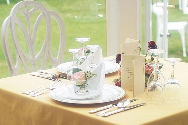 サンプル写真:緑と花とテーブル